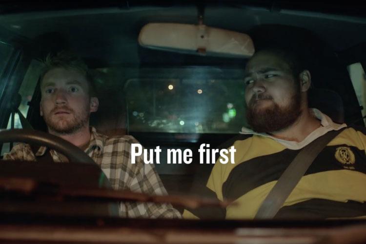 運転中はスマホNGね。