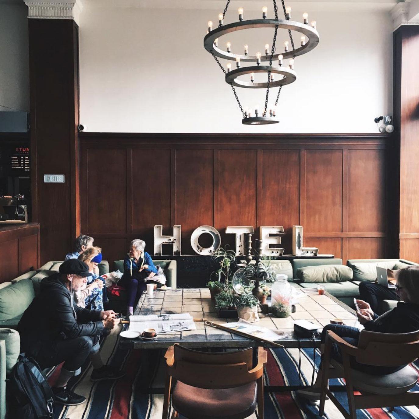 鉄板スポット「エースホテル」でパシャり