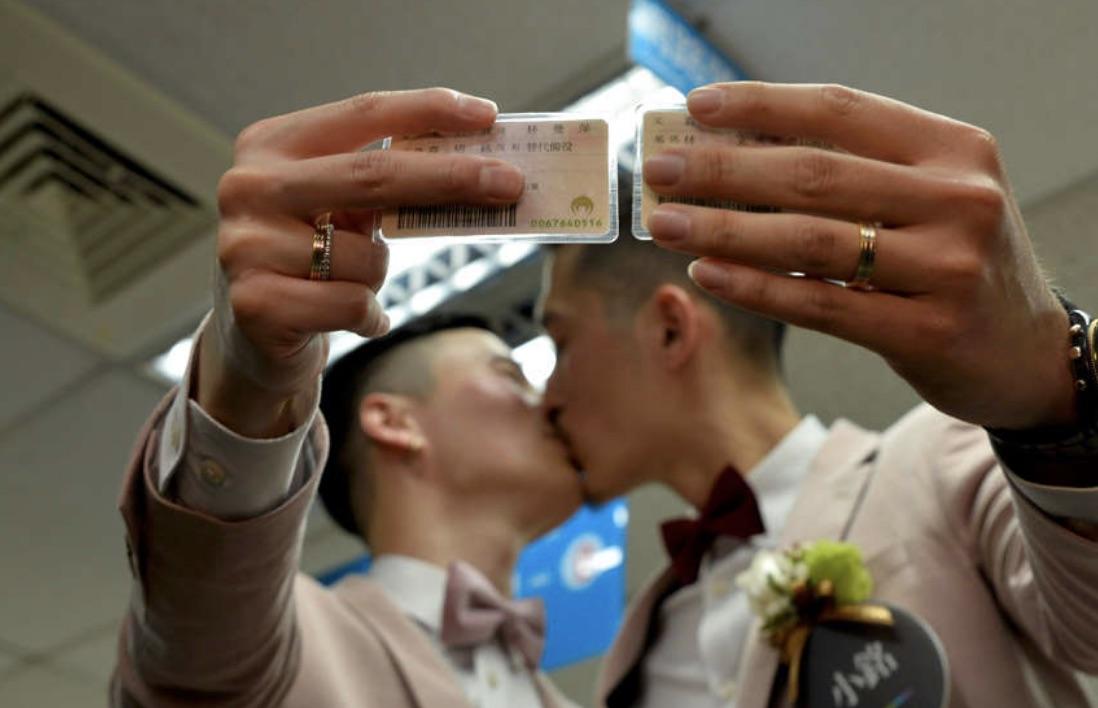 同性婚がスタートした台湾、初日に300組以上が婚姻届を提出【GENXY】